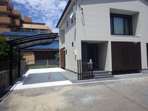 住まいと調和する黒のカーポート 木縦格子に機能性ポストを設置 /福岡市