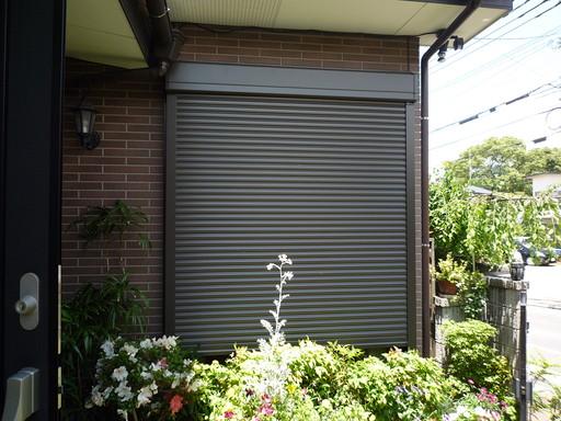 建物死角の窓に防犯対策 スリムシャッターを設置 /志免町
