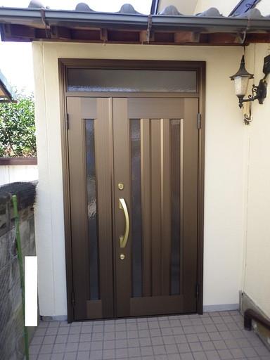 明るい木目壁へ 玄関リフォーム /志免町
